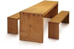 Tisch und Bänke aus unzertrennten Eichenbohlen, Maße ca. 76 × 260 × 68 cm³, 2002