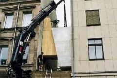 """""""Mut zur Lücke"""", zwei zwischen die Häuser geklemmte Keile, Ausstellung Zeit, mit Heinrich Mangold, Fürth, 2000"""